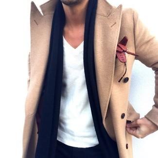 Cómo combinar: abrigo largo marrón claro, jersey de pico blanco, bufanda azul marino, guantes de cuero marrónes
