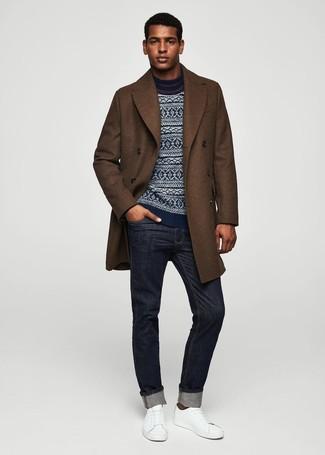 Cómo combinar: abrigo largo marrón, jersey con cuello circular de grecas alpinos azul marino, vaqueros azul marino, tenis de cuero blancos