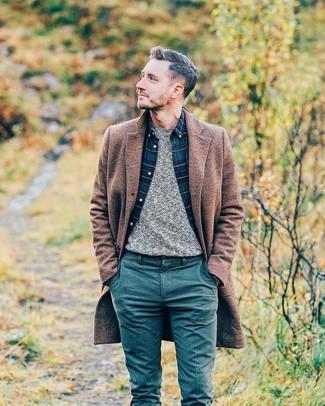 Cómo combinar: abrigo largo marrón, jersey con cuello circular gris, camisa de manga larga de tartán azul marino, pantalón chino de lana en verde azulado