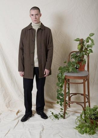 Cómo combinar: abrigo largo de cuadro vichy marrón, jersey de cuello alto de punto en beige, pantalón de vestir de lana negro, mocasín con borlas de cuero negro