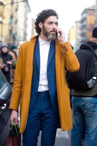 Look de moda: Abrigo Largo Mostaza, Traje Azul, Camisa de Vestir Blanca, Reloj Plateado