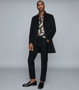 Cómo combinar: abrigo largo negro, camisa de manga larga estampada negra, pantalón de vestir negro, mocasín de cuero negro