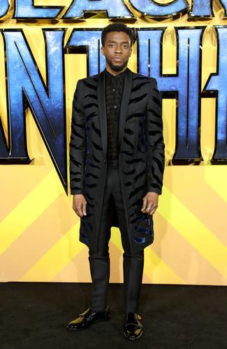 Cómo combinar: abrigo largo negro, camisa de vestir estampada negra, pantalón de vestir negro, zapatos con doble hebilla de cuero negros