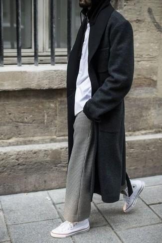 Cómo combinar: abrigo largo negro, camiseta con cuello circular blanca, pantalón chino a cuadros gris, zapatillas altas de lona blancas