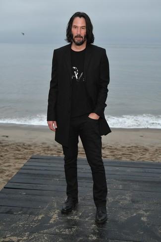 Cómo combinar: abrigo largo negro, camiseta con cuello circular con adornos negra, pantalón chino negro, zapatos derby de cuero negros