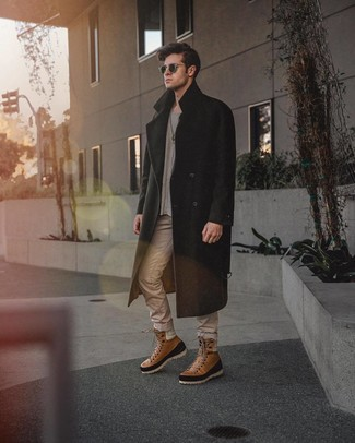 Cómo combinar: abrigo largo negro, jersey con cuello circular gris, vaqueros en beige, botas casual de cuero marrónes