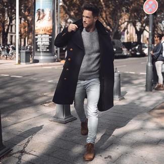 Look de moda: Abrigo largo negro, Jersey con cuello circular gris, Vaqueros pitillo celestes, Botas casual de ante marrónes