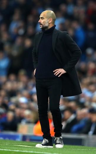 Cómo combinar: abrigo largo negro, jersey de cuello alto de punto azul marino, vaqueros negros, zapatillas altas de cuero negras