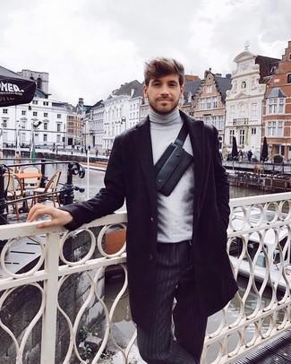 Cómo combinar: abrigo largo negro, jersey de cuello alto gris, pantalón chino de rayas verticales negro, riñonera de cuero negra