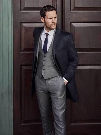 Cómo combinar: abrigo largo negro, traje de tres piezas gris, camisa de vestir blanca, corbata en rojo y azul marino