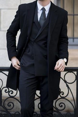 Cómo combinar: abrigo largo negro, traje negro, camisa de vestir blanca, corbata a lunares negra