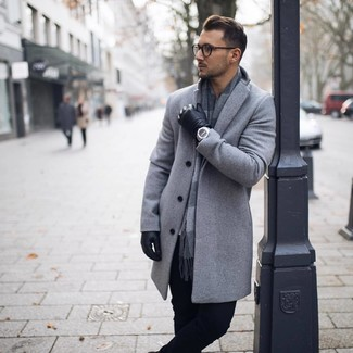Cómo combinar: abrigo largo gris, pantalón chino negro, bufanda a cuadros gris, guantes de cuero negros