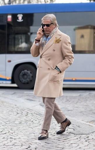 Cómo combinar: abrigo largo en beige, pantalón de vestir a cuadros en beige, zapatos con doble hebilla de cuero marrónes, bufanda de tartán celeste
