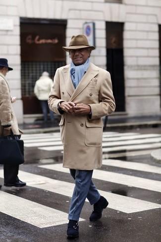 Cómo combinar: abrigo largo en beige, pantalón de vestir de rayas verticales azul, zapatos con doble hebilla de ante azul marino, sombrero de lana marrón claro