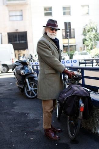 Cómo combinar: abrigo largo gris, pantalón de vestir de pana marrón, zapatos derby de cuero burdeos, sombrero de lana en marrón oscuro