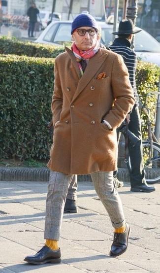 Cómo combinar: abrigo largo marrón claro, pantalón de vestir de lana a cuadros gris, zapatos derby de cuero negros, gorro azul