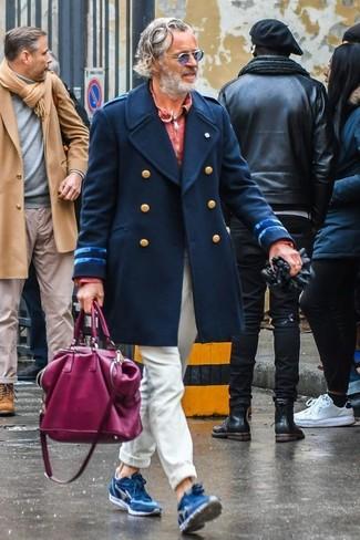 Look de moda: Abrigo largo azul marino, Polo de manga larga rojo, Pantalón chino en beige, Deportivas de ante azules