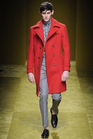 Cómo combinar: abrigo largo rojo, camisa de manga larga con estampado geométrico gris, pantalón de vestir gris, zapatos oxford de cuero morado oscuro