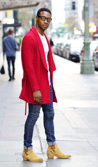 Cómo combinar: abrigo largo rojo, camiseta con cuello circular blanca, vaqueros pitillo azules, botines chelsea de ante marrón claro