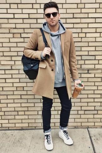 Cómo combinar: abrigo largo marrón claro, sudadera con capucha gris, camiseta con cuello circular blanca, vaqueros negros