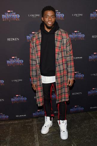 Cómo combinar: abrigo largo de tartán rojo, sudadera con capucha negra, camiseta con cuello circular blanca, pantalón de chándal de rayas verticales en rojo y negro