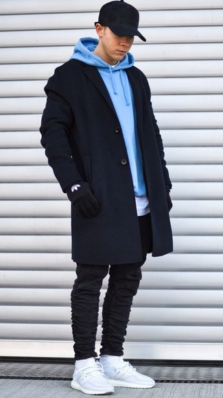 Cómo combinar: abrigo largo negro, sudadera con capucha celeste, camiseta con cuello circular blanca, vaqueros pitillo negros