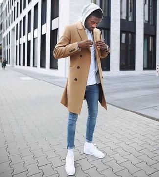 Cómo combinar: abrigo largo marrón claro, sudadera con capucha gris, camiseta con cuello circular blanca, vaqueros pitillo azules