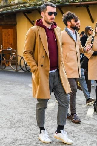 Cómo combinar: abrigo largo marrón claro, sudadera con capucha burdeos, camiseta con cuello circular blanca, pantalón chino gris