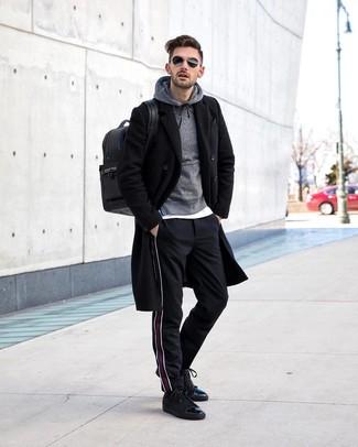 Cómo combinar: abrigo largo negro, sudadera con capucha gris, camiseta con cuello circular blanca, pantalón chino de rayas verticales negro