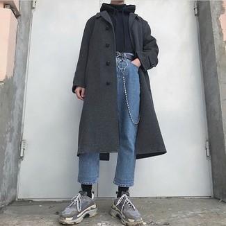 Cómo combinar: abrigo largo en gris oscuro, sudadera con capucha negra, jersey de cuello alto negro, vaqueros azules