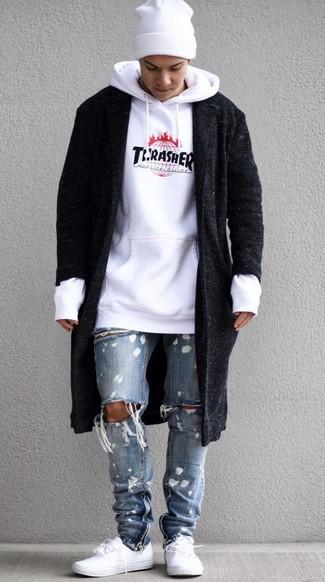 Cómo combinar: abrigo largo negro, sudadera con capucha estampada blanca, vaqueros desgastados celestes, tenis blancos