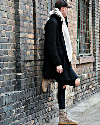 Cómo combinar: abrigo largo negro, sudadera con capucha blanca, vaqueros pitillo desgastados negros, zapatillas altas de ante en beige