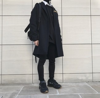 Equípate un abrigo largo negro junto a unos vaqueros pitillo negros para una apariencia fácil de vestir para todos los días. Mezcle diferentes estilos con deportivas.