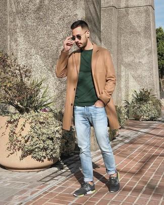 Cómo combinar: abrigo largo marrón claro, sudadera verde oscuro, vaqueros celestes, deportivas en gris oscuro