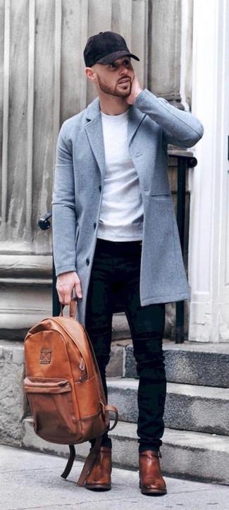 Cómo combinar: abrigo largo celeste, sudadera blanca, vaqueros pitillo negros, botines chelsea de cuero marrónes