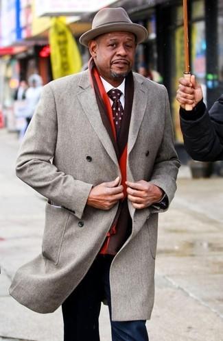 Cómo combinar: abrigo largo gris, traje azul marino, camisa de vestir blanca, sombrero de lana gris