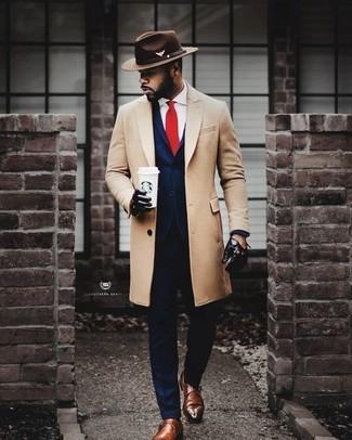 Cómo combinar: abrigo largo en beige, traje azul marino, camisa de vestir blanca, zapatos con hebilla de cuero marrónes