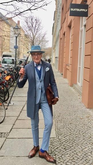 Cómo combinar: abrigo largo en gris oscuro, traje gris, camisa de vestir blanca, zapatos derby de cuero marrónes