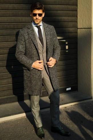Cómo combinar: abrigo largo de tartán gris, traje de lana gris, camisa de vestir celeste, zapatos con doble hebilla de cuero verde oscuro