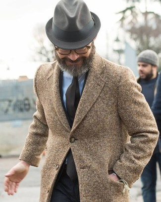 Cómo combinar: abrigo largo marrón, traje negro, camisa de vestir celeste, sombrero de lana gris