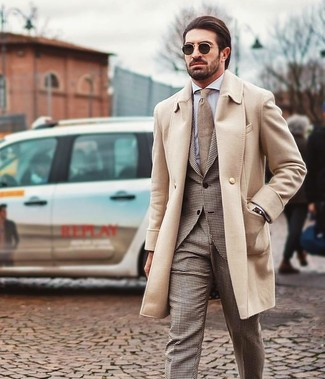 Cómo combinar: abrigo largo en beige, traje de pata de gallo marrón, camisa de vestir blanca, corbata marrón claro