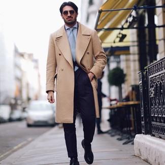 Cómo combinar: abrigo largo marrón claro, traje azul marino, camisa de vestir celeste, zapatos derby de cuero negros