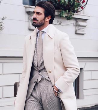 Cómo combinar: abrigo largo en beige, traje de cuadro vichy en beige, camisa de vestir blanca, corbata en beige