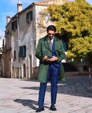 Cómo combinar: abrigo largo verde oscuro, traje azul, camisa de vestir blanca, mocasín de ante azul marino