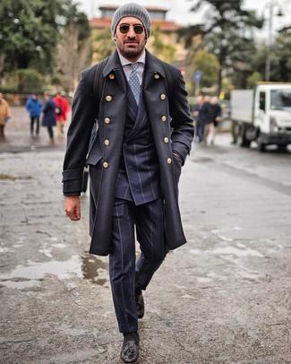 Cómo combinar: abrigo largo negro, traje de rayas verticales azul marino, camisa de vestir blanca, mocasín con borlas de cuero negro