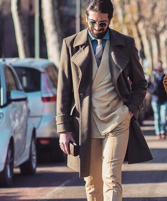 Cómo combinar: abrigo largo marrón, traje marrón claro, camisa de vestir de cambray azul, corbata de rayas horizontales en beige