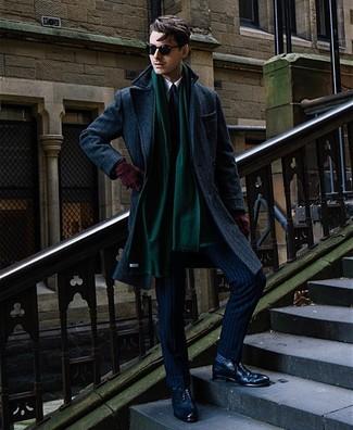 Cómo combinar: abrigo largo azul marino, traje de rayas verticales azul marino, camisa de vestir blanca, zapatos brogue de cuero azul marino