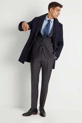 Cómo combinar: abrigo largo azul marino, traje en gris oscuro, camisa de vestir celeste, zapatos derby de cuero negros