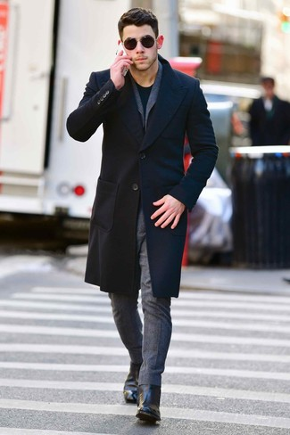 Cómo combinar: abrigo largo negro, traje de lana gris, camiseta con cuello circular negra, botines chelsea de cuero negros