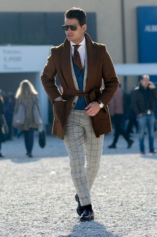Cómo combinar: abrigo largo marrón, traje de lana a cuadros gris, chaleco de vestir azul marino, camisa de vestir blanca